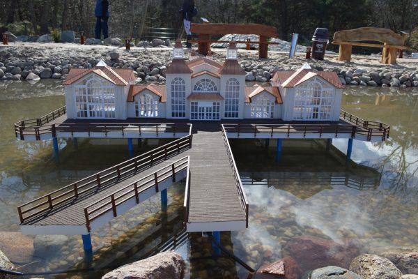 Miniaturmodell der Seebrücke Sellin auf der Outdoor-Minigolfanlage im Ostseebad Göhren auf der Insel Rügen - Freizeitspaß für die ganze Familie direkt an der Ostsee - Spiel und Spaß für Groß und Klein