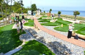 Blick auf die Outdoor-Minigolfanlage im Ostseebad Göhren auf der Insel Rügen - Freizeitspaß für die ganze Familie direkt an der Ostsee - Spiel und Spaß für Groß und Klein