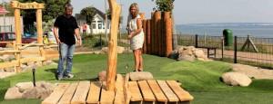 Besucher der Outdoor Minigolfanlage im Ostseebad Göhren - Freizeitspaß für die ganze Familie