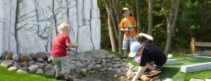 Kinder spielen in der Outdoor Minigolfanlage im Ostseebad Göhren - Freizeitspaß für die ganze Familie