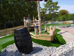 Abschnitt der Outdoor-Minigolfanlage im Ostseebad Göhren auf der Insel Rügen - Freizeitspaß für die ganze Familie direkt an der Ostsee - Spiel und Spaß für Groß und Klein
