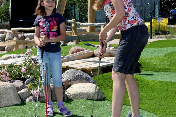Jugendliche Besucher der Outdoor-Minigolfanlage im Ostseebad Göhren auf der Insel Rügen - Freizeitspaß für die ganze Familie direkt an der Ostsee - Spiel und Spaß für Groß und Klein