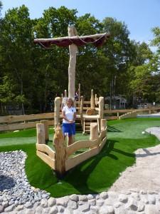 Besucherin der Outdoor-Minigolfanlage im Ostseebad Göhren auf der Insel Rügen - Freizeitspaß für die ganze Familie direkt an der Ostsee - Spiel und Spaß für Groß und Klein