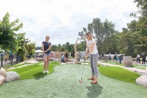 Golfspieler auf der Outdoor-Minigolfanlage im Ostseebad Göhren auf der Insel Rügen - Freizeitspaß für die ganze Familie direkt an der Ostsee - Spiel und Spaß für Groß und Klein